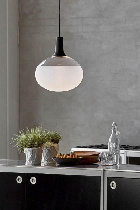 owalna lampa wisząca szklana do kuchni aranżacja