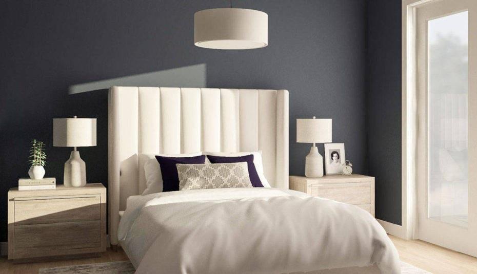 lampa lub kinkiet do ciemnej tapety w sypialni