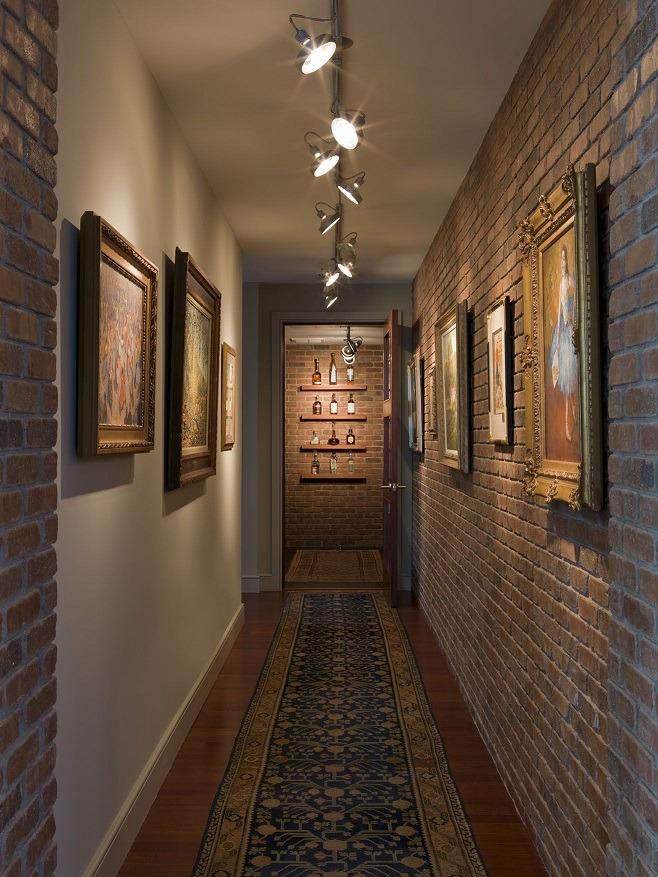 lampy sufitowe na korytarz - ściana z cegły