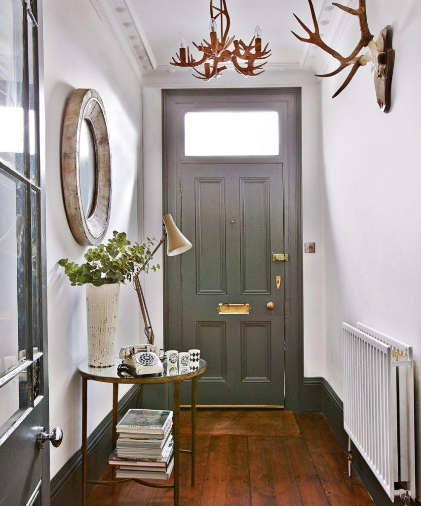 oświetlenie w korytarzu - tapeta i kinkiety - aranżacje